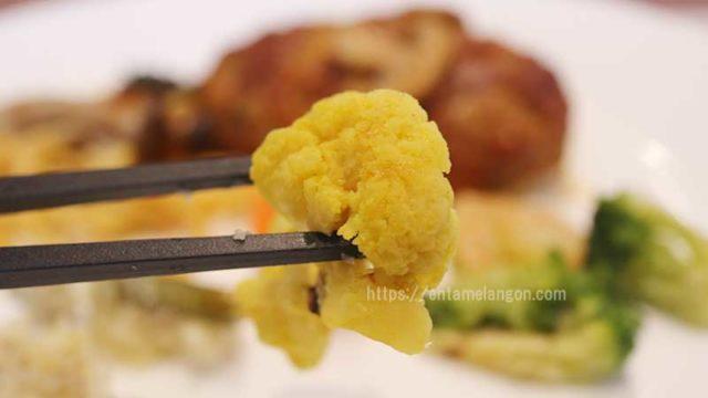ナッシュ「ハンバーグと温野菜のデミ」カリフラワーのカレー風ピクルス